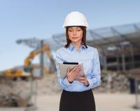Bizneswoman w biały hełmie Zdjęcie Royalty Free
