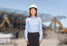 Bizneswoman w biały hełmie Zdjęcia Royalty Free