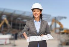 Bizneswoman w białym hełmie z projektem Zdjęcie Royalty Free