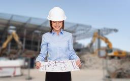 Bizneswoman w białym hełmie z projektem Zdjęcia Stock