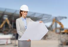 Bizneswoman w białym hełmie z projektem Fotografia Royalty Free