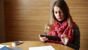 Bizneswoman w biurowym działaniu na cyfrowej pastylce zbiory
