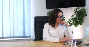 Bizneswoman w biurze z laptopem Obrazy Royalty Free