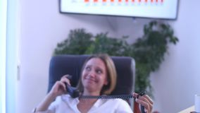 Bizneswoman w biurze z laptopem Fotografia Stock