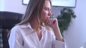 Bizneswoman w biurze z laptopem Fotografia Royalty Free
