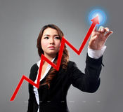 Bizneswoman w górę mapy z ona palce obraz stock