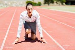 Bizneswoman w gotowym biegać pozycję Zdjęcia Royalty Free