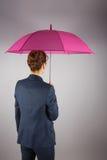 Bizneswoman w kostiumu mienia menchii parasolu Fotografia Stock