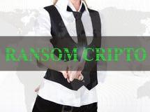 Bizneswoman w kurtki i krawata odciskania okupu cripto guziku wirtualny ekran wymiana i produkcja crypto Zdjęcie Stock