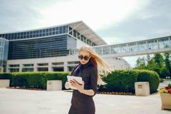 Bizneswoman w lata mieście Obrazy Stock