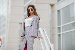 Bizneswoman w lata mieście Zdjęcia Royalty Free