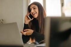Bizneswoman w przypadkowym robić rozmowie telefonicza w biurze obrazy royalty free