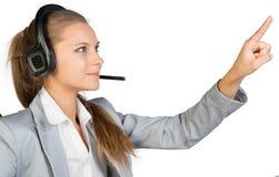 Bizneswoman w słuchawki odciskaniu lub macaniu zdjęcie stock