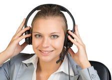 Bizneswoman w słuchawki, patrzeje kamerę Fotografia Royalty Free