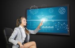 Bizneswoman w słuchawki używać dotyka ekran fotografia royalty free