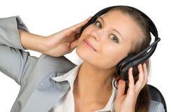 Bizneswoman w słuchawki z jej rękami dalej zdjęcia stock
