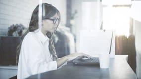 Bizneswoman w szkłach używać jej laptopu s touchpad przy pracą tonującą Obraz Stock