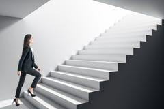 Bizneswoman?w wspinaczkowi schodki obraz stock