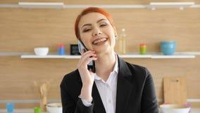 Bizneswoman wchodzić do ramę od ostrości z ostrość opowiada na ono uśmiecha się i telefonie w zdjęcie wideo
