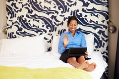 Bizneswoman Wideo konferencja Na Cyfrowej pastylce W hotelu zdjęcia royalty free