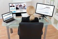 Bizneswoman wideo konferencja na komputerze Zdjęcia Stock