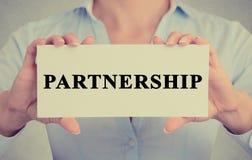 Bizneswoman wręcza trzymać biel kartę z wiadomości partnerstwem lub znaka zdjęcia royalty free