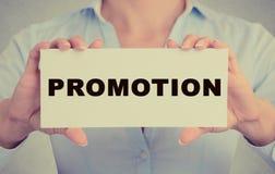 Bizneswoman wręcza trzymać biel karty znaka z promocyjną wiadomością tekstową Obraz Stock