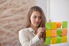 Bizneswoman wskazuje na whiteboard Zdjęcia Stock