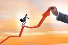 Bizneswoman wspina się kreskową mapę w problemu ekonomicznego pojęciu Obrazy Stock