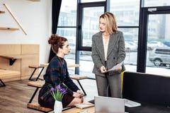 Bizneswoman wyjaśnia pieniężnych zagadnienia jej młody partner zdjęcie stock
