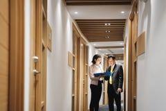 Bizneswoman Wyjaśnia dokumenty Szczęśliwy Chiński klient W banka biurze zdjęcie royalty free