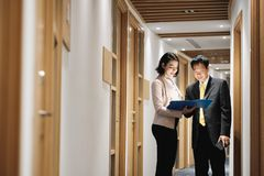 Bizneswoman Wyjaśnia dokumenty Szczęśliwy Chiński klient W banka biurze zdjęcia stock