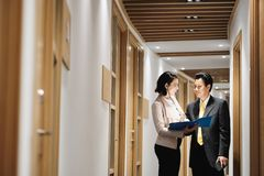 Bizneswoman Wyjaśnia dokumenty Szczęśliwy Chiński klient W banka biurze zdjęcia royalty free