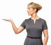 Bizneswoman Wystawia Niewidzialnego produkt Fotografia Stock