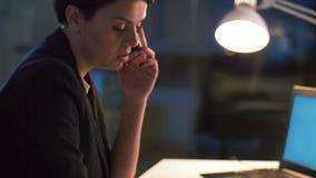 Bizneswoman wzywa telefon komórkowego przy nocy biurem zbiory wideo