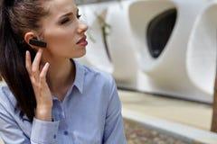Bizneswoman z Bluetooth obrazy stock