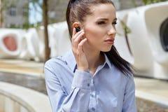 Bizneswoman z Bluetooth zdjęcia stock