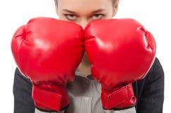 Bizneswoman z bokserskimi rękawiczkami odizolowywać na bielu Zdjęcie Stock