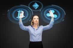 Bizneswoman z cryptocurrency hologramami Zdjęcie Royalty Free