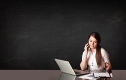 Bizneswoman z czarnym tłem Fotografia Stock