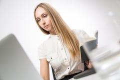 Bizneswoman z czasopismem zdjęcia royalty free