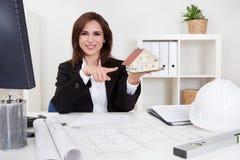 Bizneswoman Z domu modelem Obraz Stock