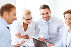 Bizneswoman z drużyną na spotkaniu w biurze Fotografia Stock
