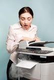 Bizneswoman z dymienia copier zdjęcia royalty free
