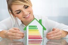 Bizneswoman Z Energetycznym Skutecznym mapa domu modelem Obraz Royalty Free