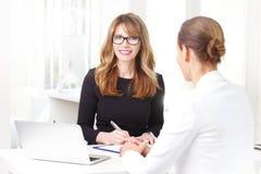 Bizneswoman z jej klientem przy bankiem Obrazy Royalty Free