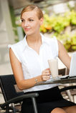 Bizneswoman Z Kawą & Laptopem Obraz Royalty Free