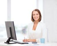 Bizneswoman z komputerem, dokumentami i kawą, Obraz Royalty Free