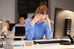 Bizneswoman z komputerem przy nocy biurem obrazy stock