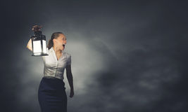 Bizneswoman z lampionem Zdjęcia Royalty Free